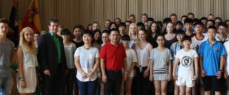 Chinesische und deutsche Schüler in Dessauer Rathaus
